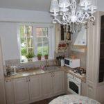 Простая угловая кухня с окном на одной стене