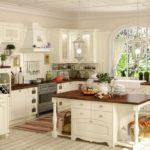 Просторная кухня в бело-коричневых тонах в стиле прованс