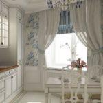 Прованская кухня в белом цвете с голубыми декоративными элементами, придающими особую нежность