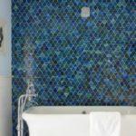 Разноцветная фигурная плитка для декора одной стены ванной комнаты