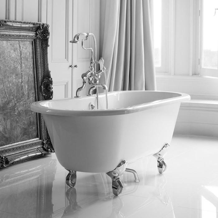 Ванная белого цвета в стиле ретро