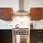Роскошные текстильные обои с тиснением стали контрастным вариантом сочетания с темной древесиной кухонной мебели