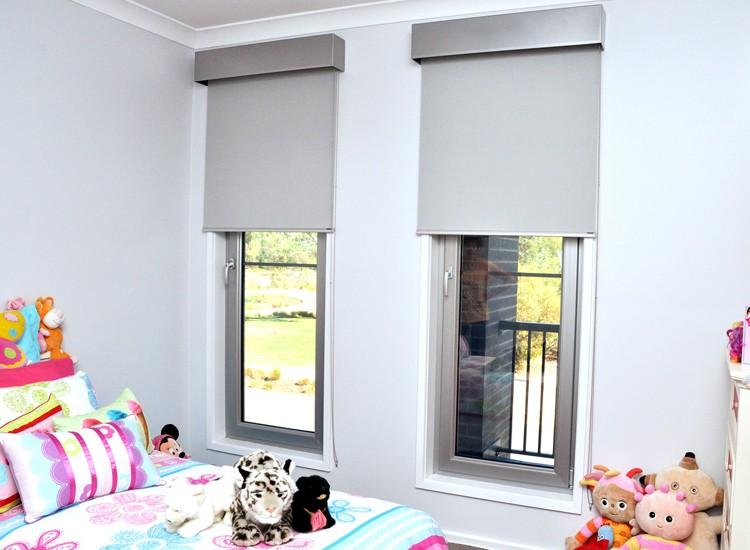 Окна в детской частного дома с рулонными шторами