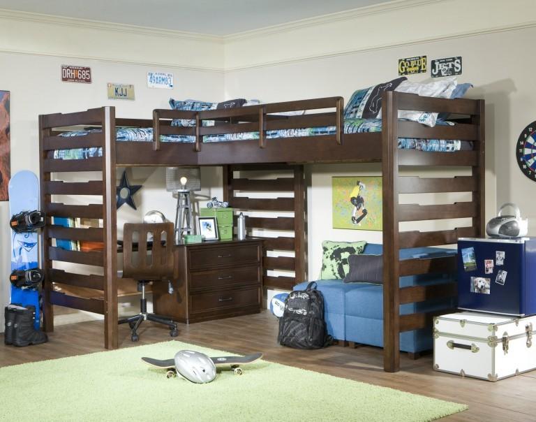 Двухъярусная кровать из дерева в детской мальчиков