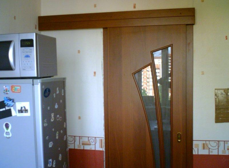 Сдвижная дверь в малогабаритной кухне