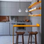 Серая кухня с яркой барной стойкой и полками для посуды