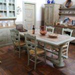 Серая состаренная кухонная мебель для стиля прованс