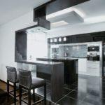 Серо-черная кухня из натуральных материалов с барной стойкой с подсветкой