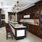 Шикарная кухня с длинной барной стойкой в классическом варианте