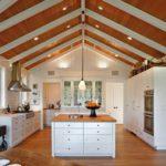 Шикарная просторная кухня для загородного дома