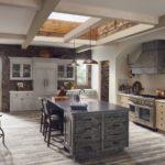 Шикарная просторная кухня с оформлением из дерева и камня