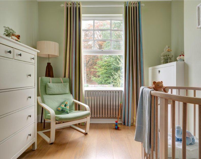 Шторы в интерьере комнаты для новорожденного