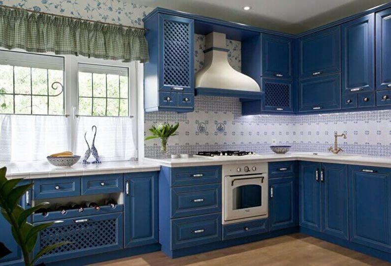 Синий гарнитур на кухне в деревенском доме