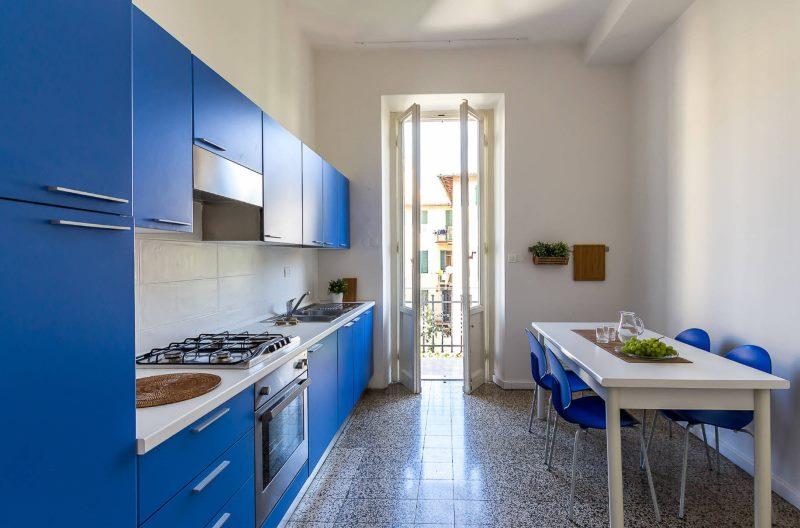 Синий кухонный гарнитур линейной планировки