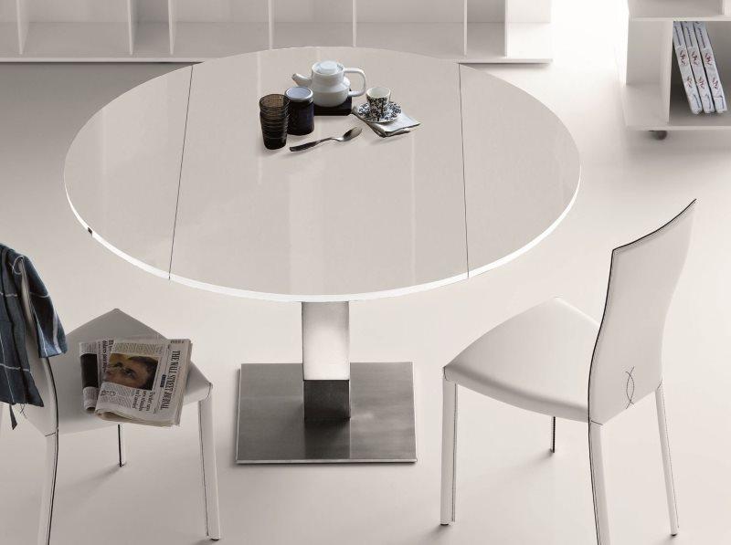 Белый обеденный стол складного типа на кухне в стиле минимализма