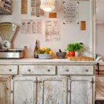 Состаренная мебель как основной элемент кухни в стиле кантри