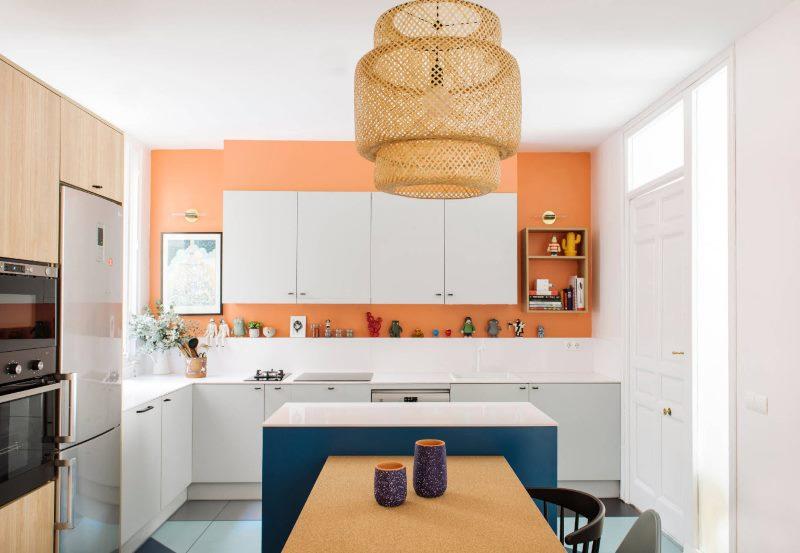 Дизайн кухни с белым гарнитуром в современной стилистике