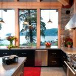 Современная кухня без верхних шкафчиков с красивым видом из окна