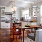 Современная кухня в белом цвете с дополнительным освещением