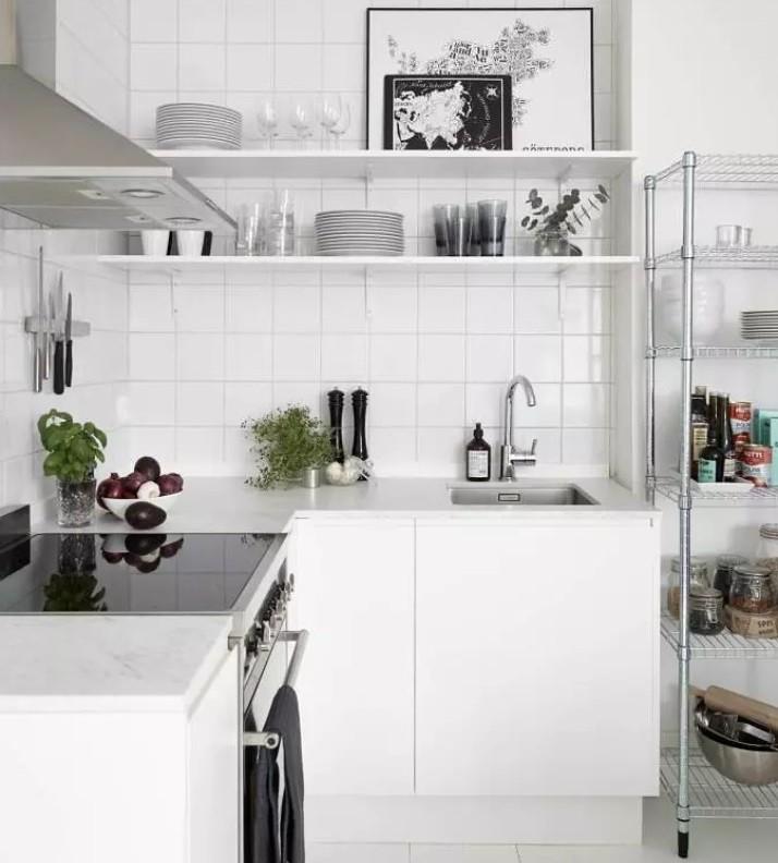 Открытая система хранения посуды в кухне небольшой площади