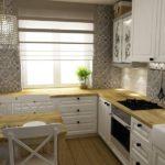 Стильная кухня из дерева с дополнительными шкафчиками вокруг окна
