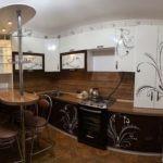 Стильная кухня неправильной с классической барной стойкой