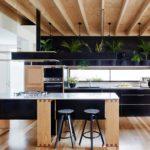 Стильная кухня с использованием различных материалов для оформления