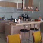 Стильный и необычный интерьер кухни в терракотовом цвете