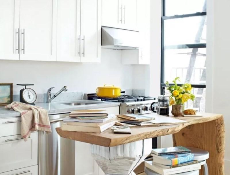 Столик из массива дерева в дизайне маленькой кухни