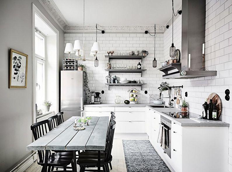 Стол из досок на кухне деревенского дома