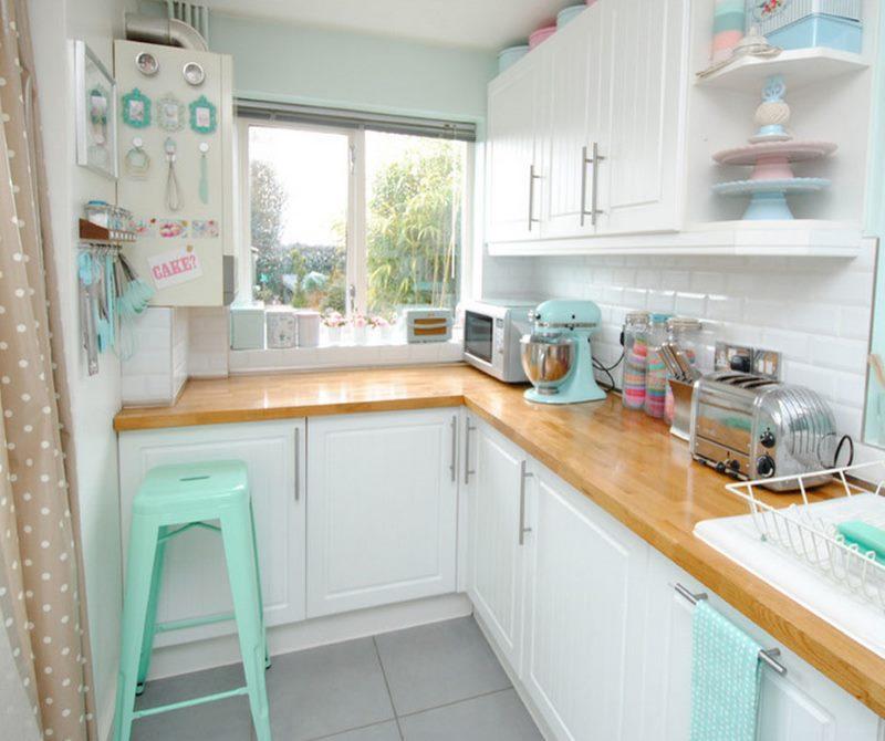 Деревянная столешница белого кухонного гарнитура