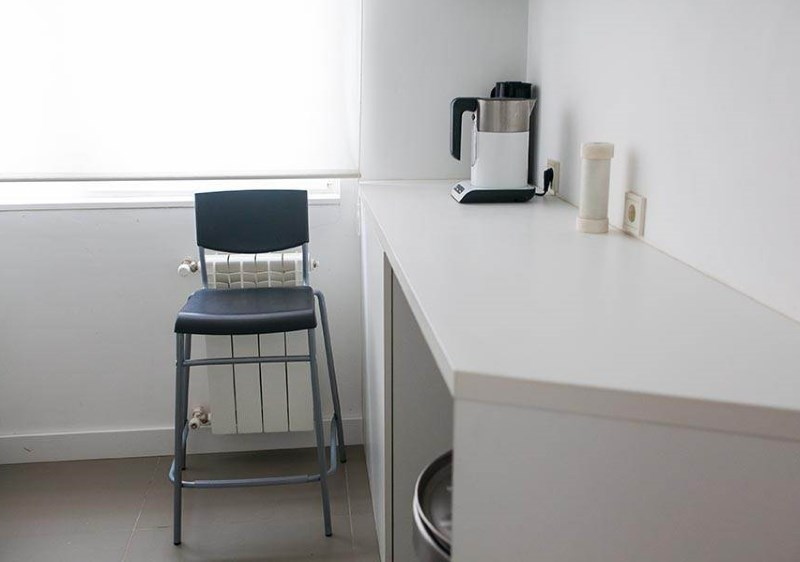Оформление обеденной зоны в виде комбинации стола с барной стойкой