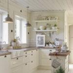 Светлая кухня в стиле кантри с двумя окнами