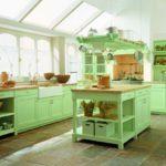 Светлая кухня в стиле прованс в сочном зеленом цвете