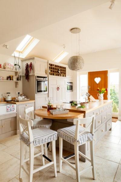 Светлая миниатюрная кухня