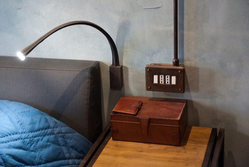 Контраст современного светильника с ретро-выключателем
