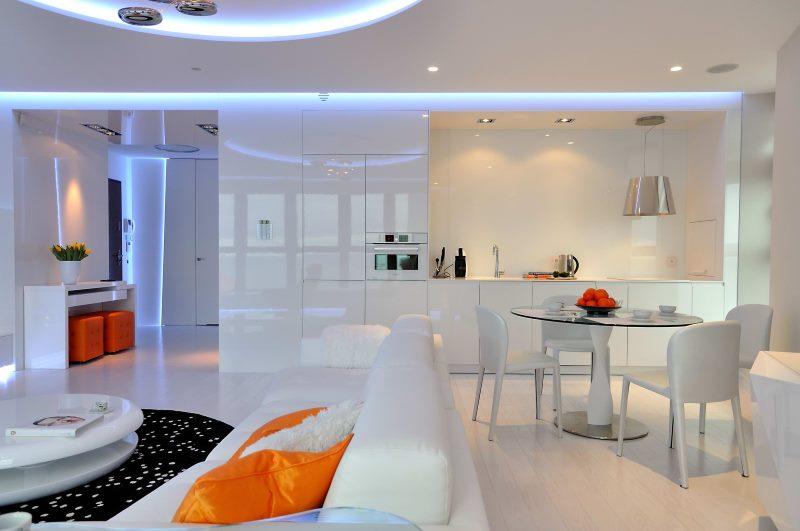 Кухня-студия белого цвета свободной планировки
