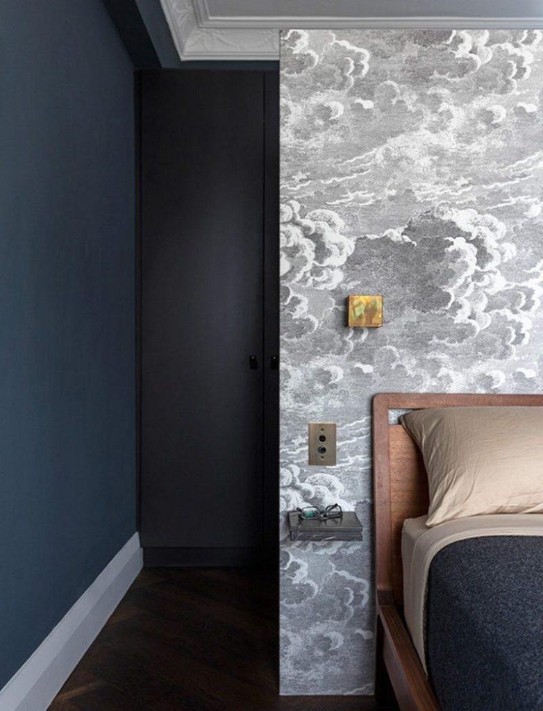 Сочетание темных стен с серым принтом обоев