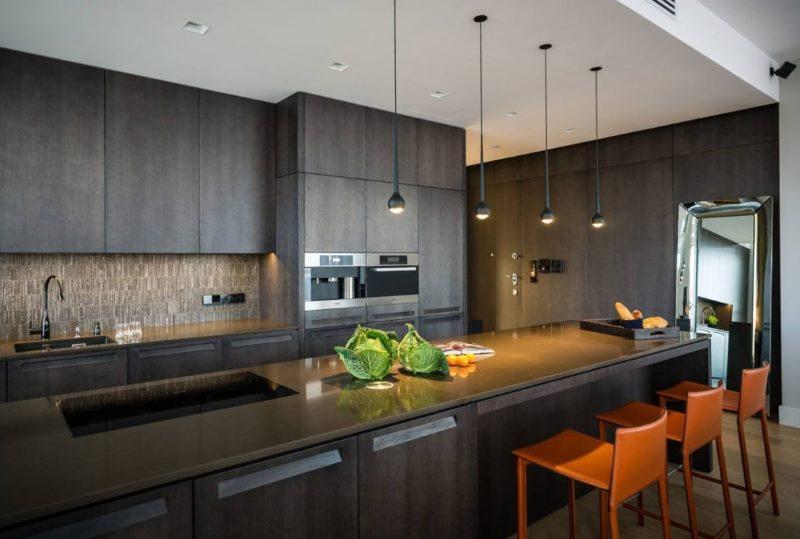 Интерьер кухни хай-тек в темном цвете