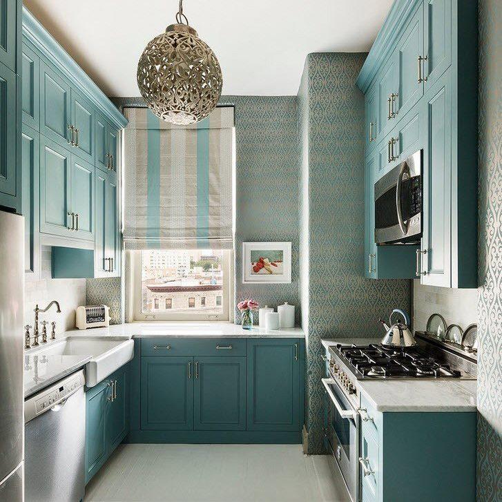 Интерьер узкой рабочей зоны кухни-студии