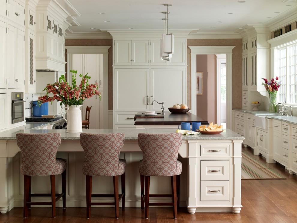 Светлая кухня с высокими шкафами