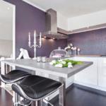 Удачное сочетание светлой кухни и стеклообоев сочного оттенка
