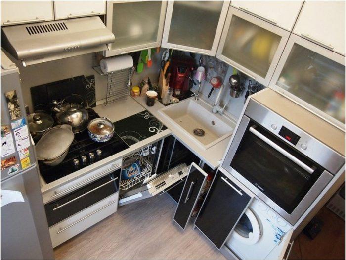 Выдвижной ящик в нижнем шкафы в маленькой кухне