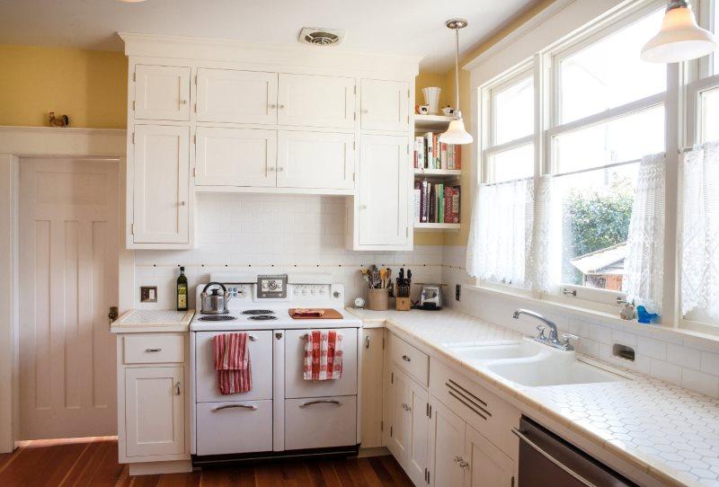 Кухня частного дома с угловой планировкой