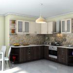 Угловая кухня со светлыми верхними шкафчиками и нижними шкафчиками цвета венге