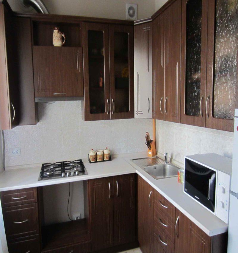 Угловой кухонный гарнитур под темное дерево