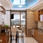 Уютная кухня с обеденной зоной на балконе с интересным видом