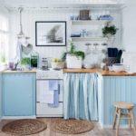 Уютная кухня в бело-голубых тонах в стиле прованс