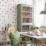 Уютная обеденная зона с плетенной мебелью и подушками ручной работы