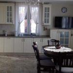 Уютная симметричная кухня вокруг окна